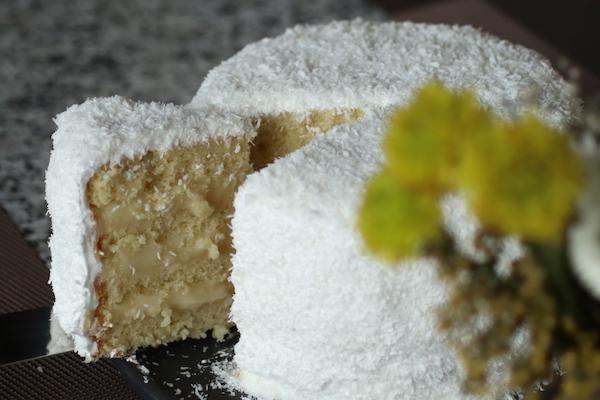 Torta de coco fotografiada por Natalia Brand @GastroBrand