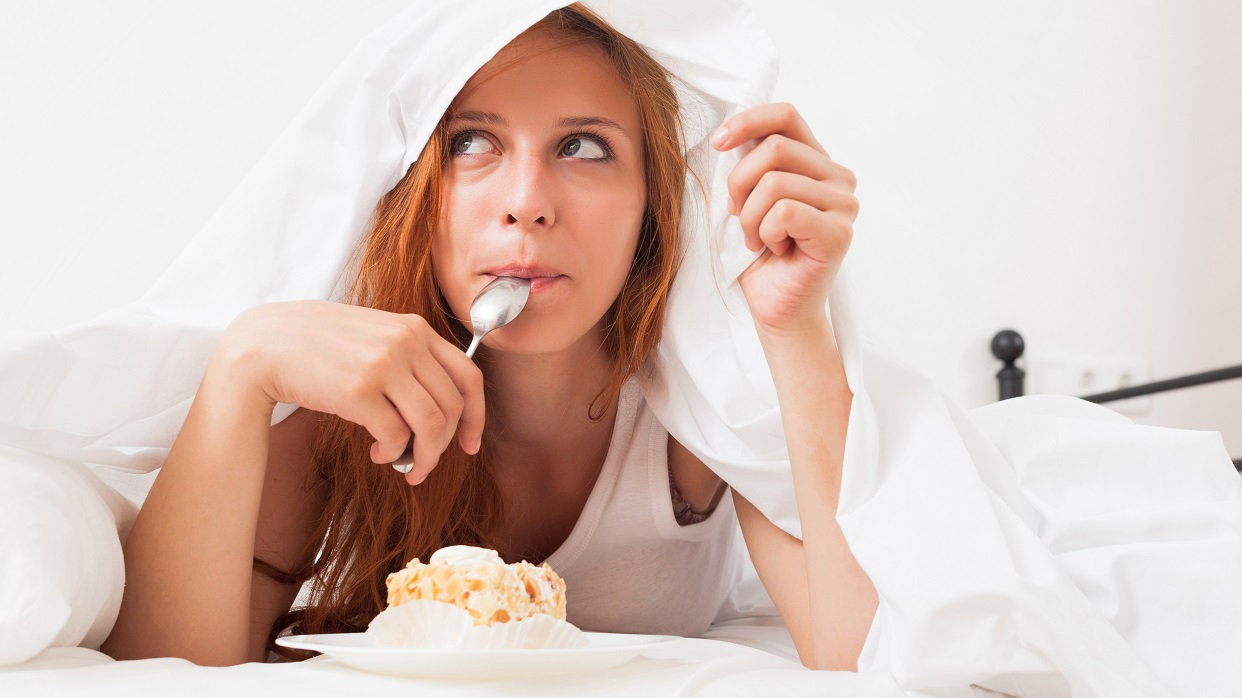 La tentación llega hasta llevar comida a la cama /FreePik