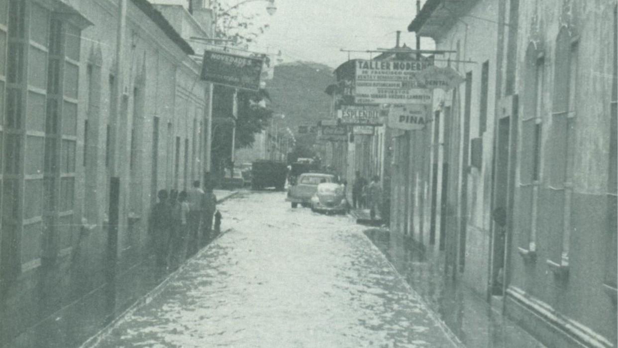 El río cruzó de extremo a extremo la calle Juncal y otras cercanas