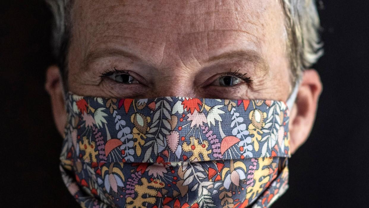 Corinne McManus luce una de sus mascarillas / Fotos AFP