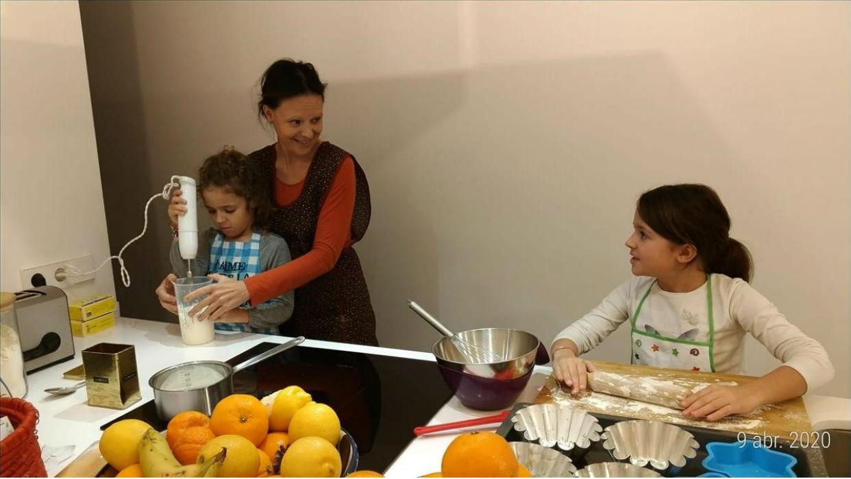 Ha sido bueno invitar a los chicos a cocinar / Foto SERGI LLOBET
