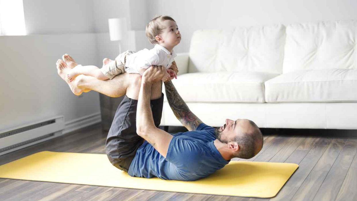 Desde temprano el yoga mejora el vínculo padre-hijo / Foto iStock