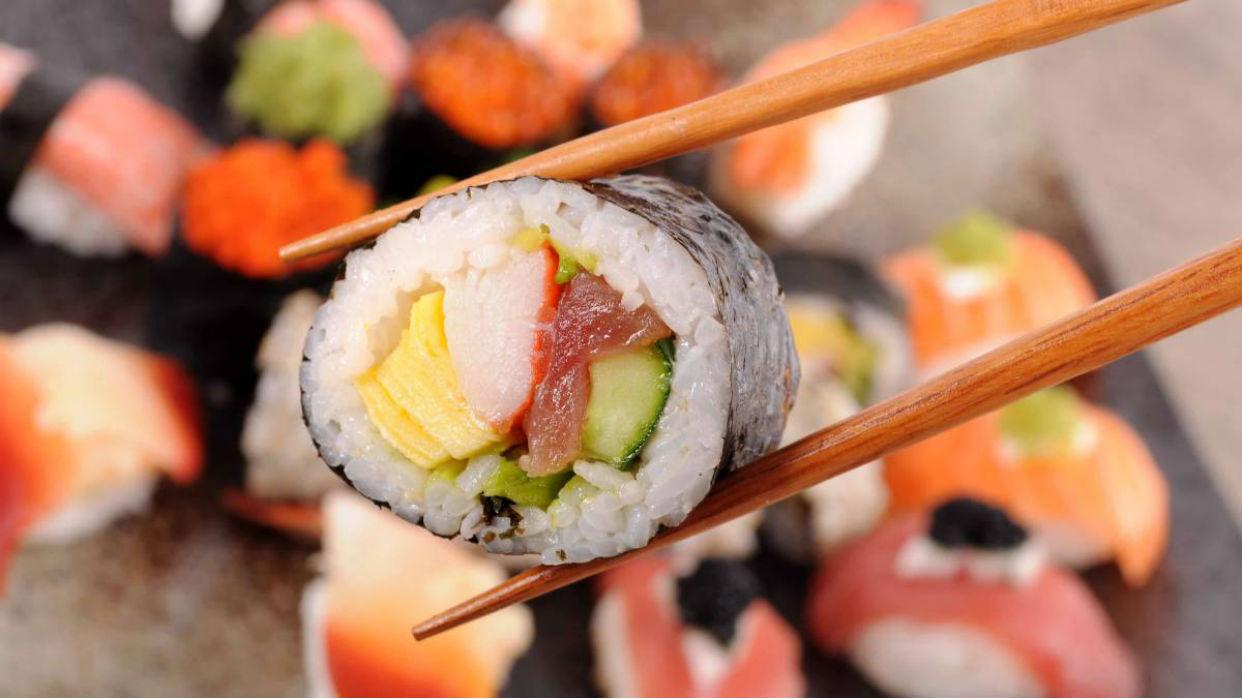 Sushi solo se refiere al arroz sazonado con vinagre, azúcar y sal