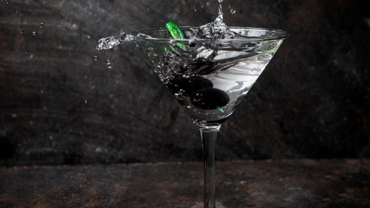 Hay otras versiones del cóctel que incluyen aceitunas negras