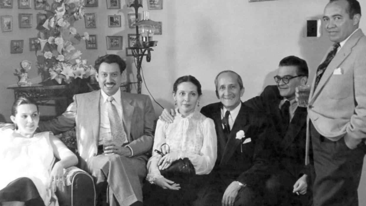 En el exilio en México con su esposa Lilina y un grupo de amigos