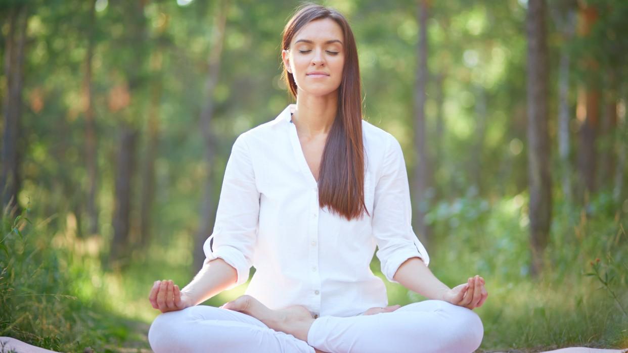 Ora y medita para hallar la paz interior / Fotografía Pressfoto Freepik