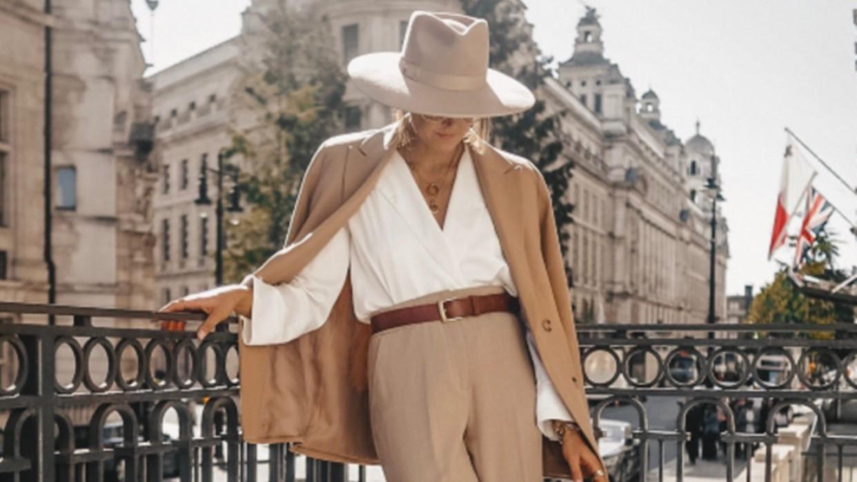 El traje beige hará que te sientas elegante y cómoda al mismo tiempo